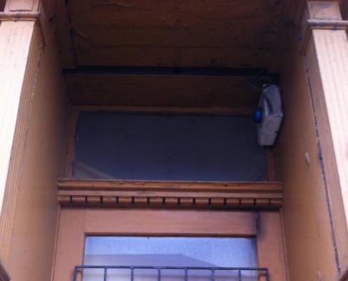 Bild Ansicht T30-Laden - Ausschnitt Eingangstür Urzustand