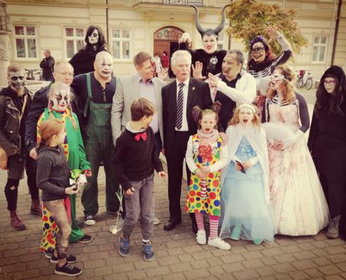 Foto - Spuk mit Freaks & Co - gruseliges Treiben vor dem Demminer Rathaus
